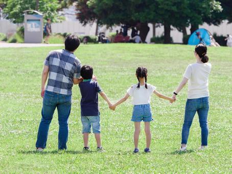 녹색 잔디 공원에서 손을 잡고 가족