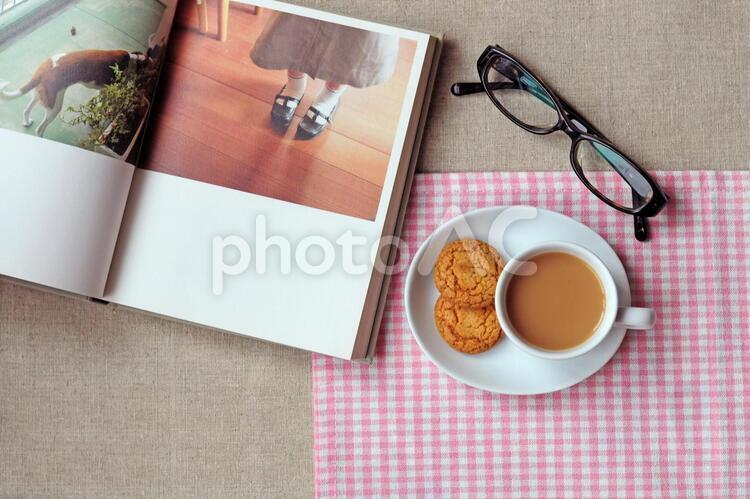 ミルクティーと本とめがね2の写真