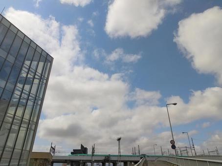도호쿠 신칸센과 건물과 푸른 하늘