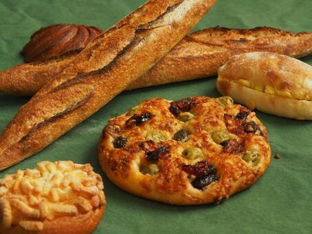 치즈와 올리브 빵과 버킷