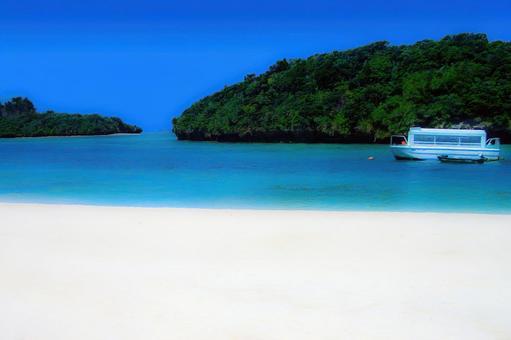 푸른 하늘과 푸른 바다 하얀 모래 해변과 보트