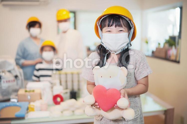 災害の備え ぬいぐるみを持つ女の子の写真
