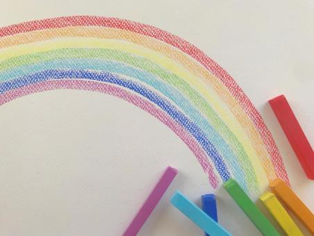 用粉彩繪製的彩虹隨機排列的粉彩