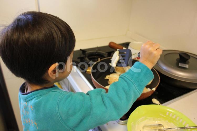 料理をする子供の写真