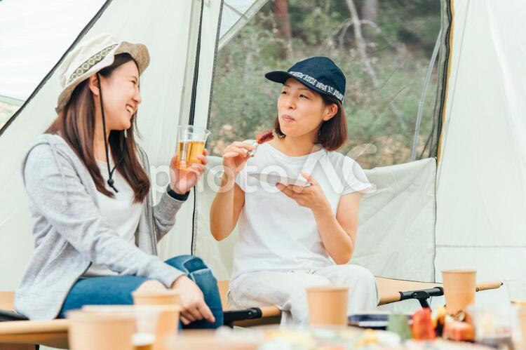 キャンプで乾杯の写真