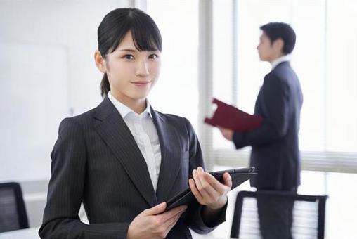 사무실에서 웃는 얼굴로 맞이하는 일본인 여성 사업가
