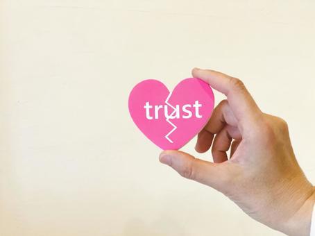 用拇指和食指裂開心臟的女手_信任字母