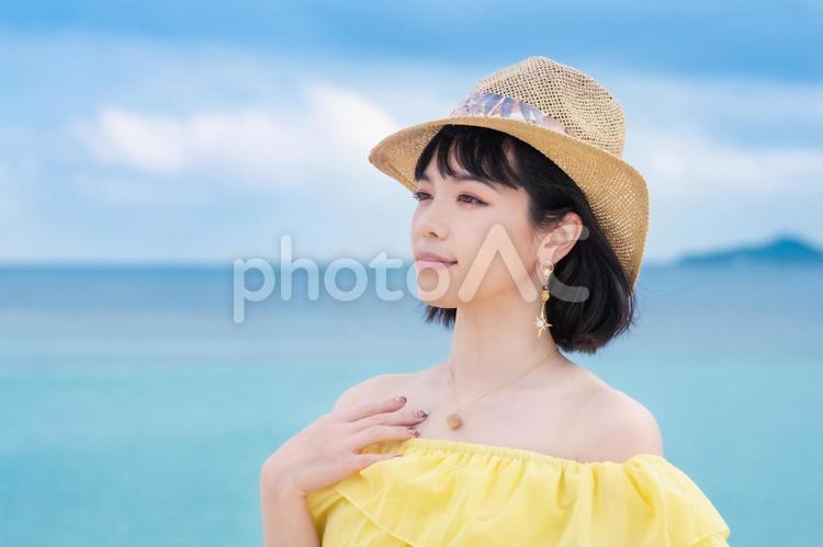 夏の海辺の女性の写真