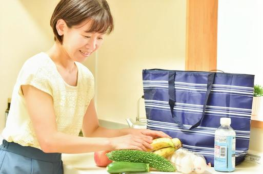 보냉 가방에서 음식을 꺼낼 여성 2