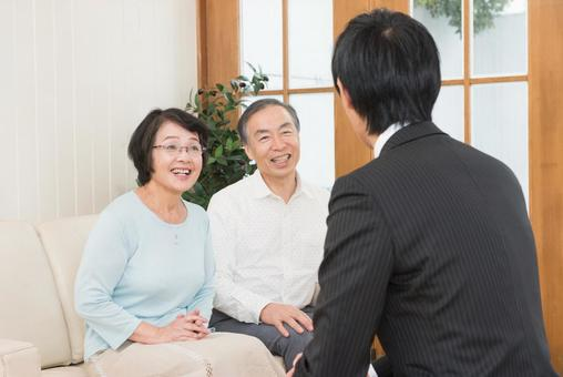 Senior couple who talks with visitors 1