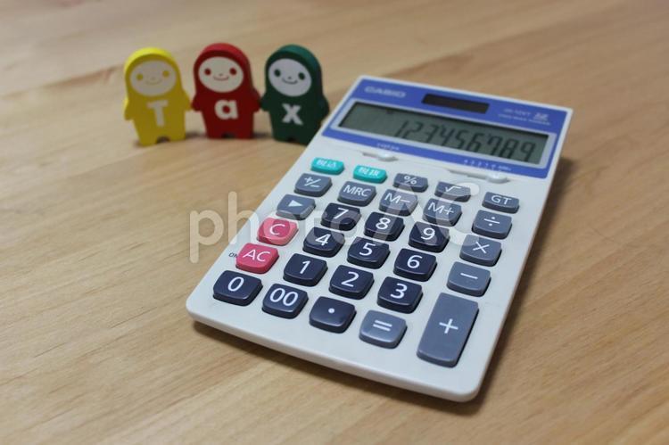 電卓と「Tax」の写真