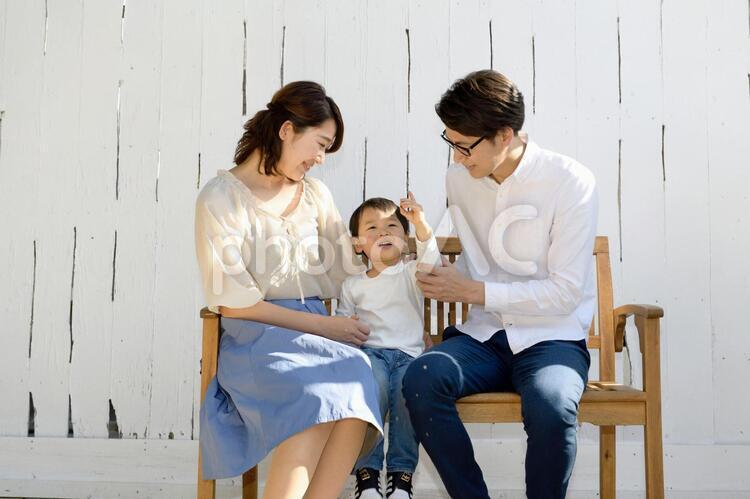 ベンチに座る家族10の写真