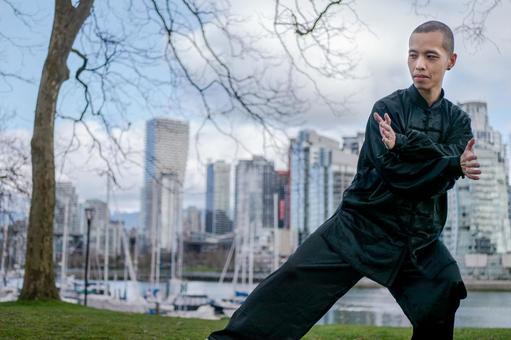 공원에서 태극권을 나는 중국인 남성의 전신 초상화