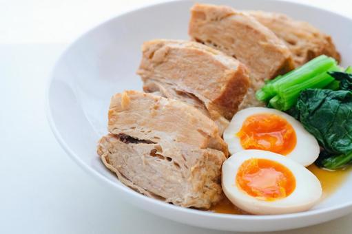 돼지 고기 조림과 반숙 계란