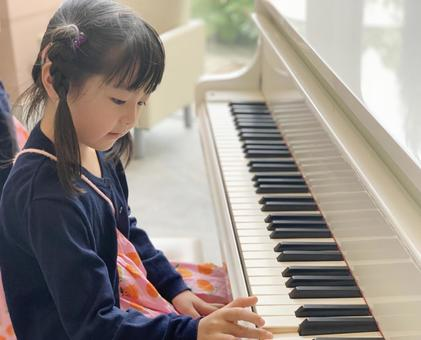 右手彈鋼琴的女孩