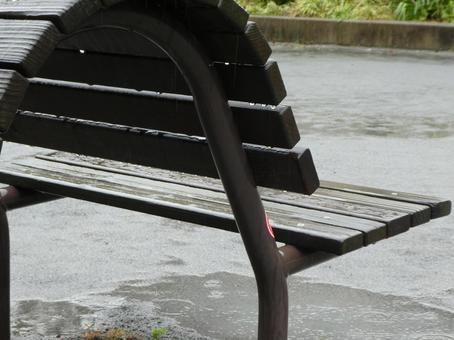 비오는 날 공원 벤치