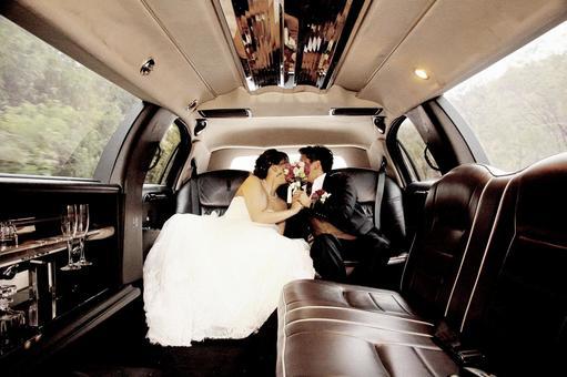 在婚禮豪華轎車中接吻