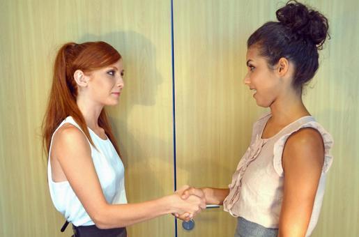 女人對外國握手