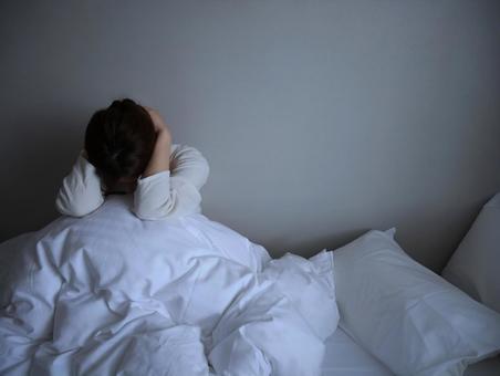 침대에서 신중 여성