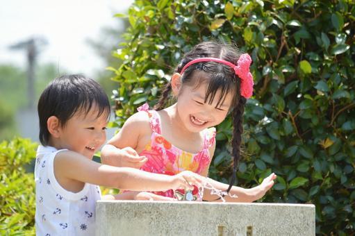 孩子們在水中嬉戲