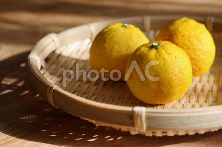 竹ざるに柚子2の写真