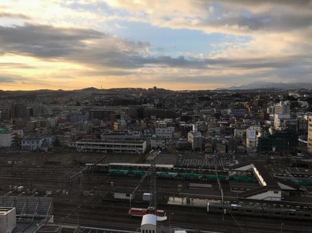 하치 오지 역의 역 건물에서 볼 하치 오지시의 노을 경관