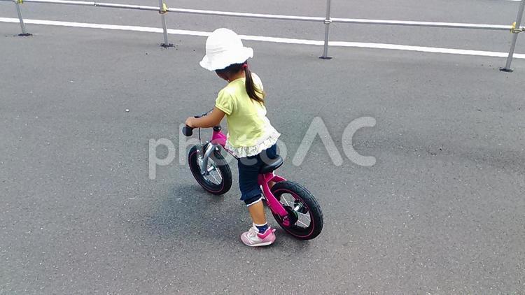 自転車の練習をする子どもの写真