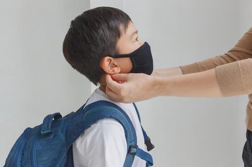 戴著面具的小學男孩