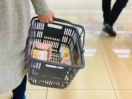 쇼핑 카트를 가진 여자의 손
