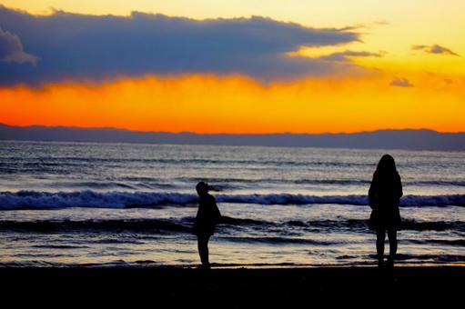 겨울 바다의 두 사람