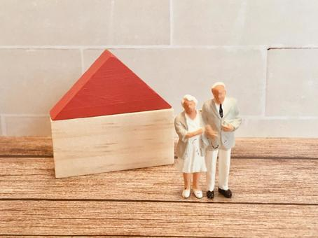 Elderly couple and house (image of real estate gifts and inheritance measures)