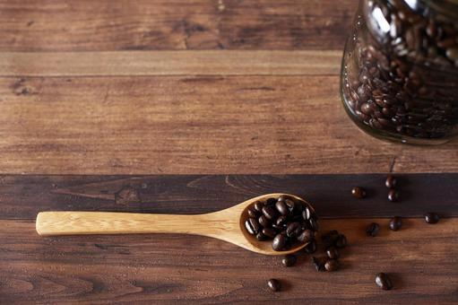 원두 커피와 나무 숟가락
