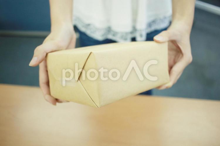 小包を渡す人の写真