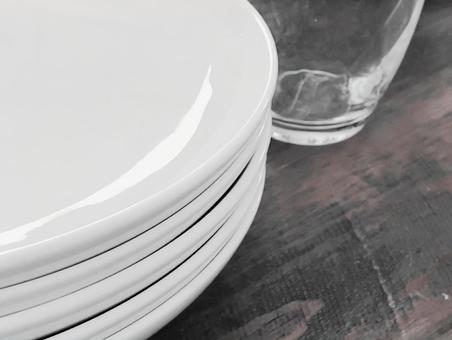 하얀 접시와 유리 컵