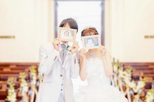 フォトウェディングを楽しむ新婚夫婦