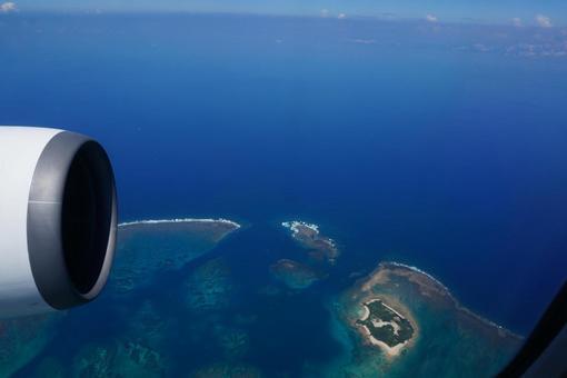 오키나와 미야코 섬의 아름다운 바다를 바라보며 도착을 손꼽 아 기다리고있다 상공으로부터의 경치