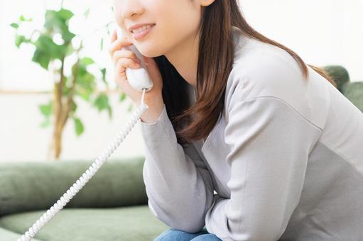 전화를하는 젊은 여성