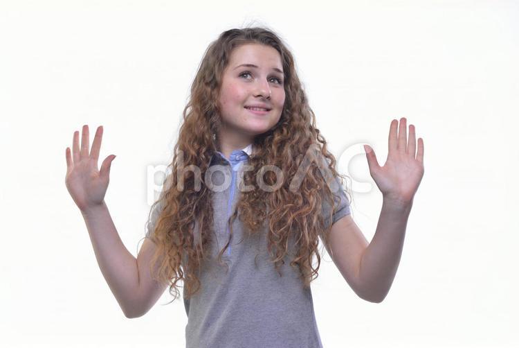 手を広げる外国人女性2の写真