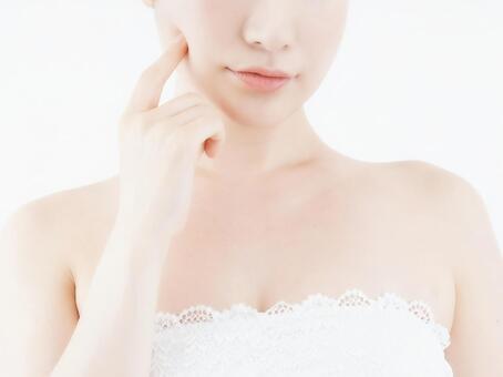 얼굴 피부 관리를 걱정하는 여성