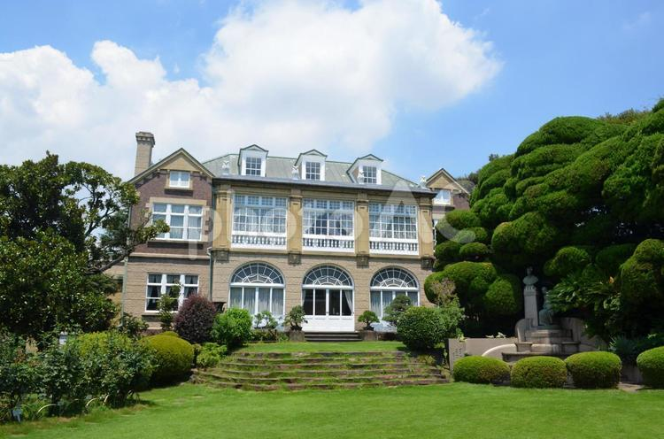 鳩山会館の外観を庭から見るの写真