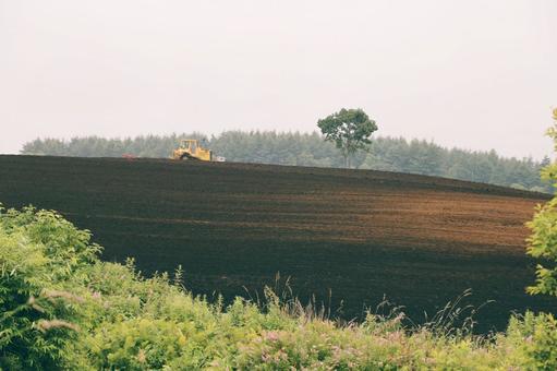 비 에이 밭을 경작 트랙터