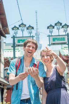 Foreign tourist couple using smaho 1