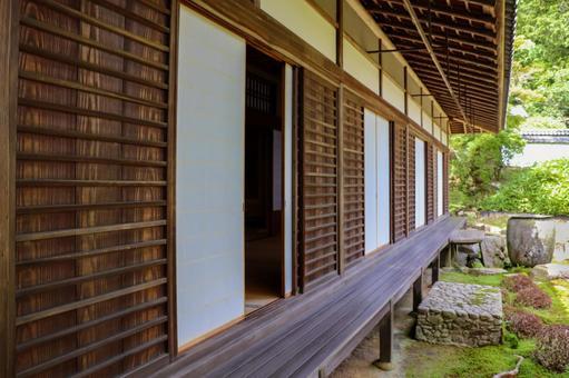 一座舊木建築的邊緣