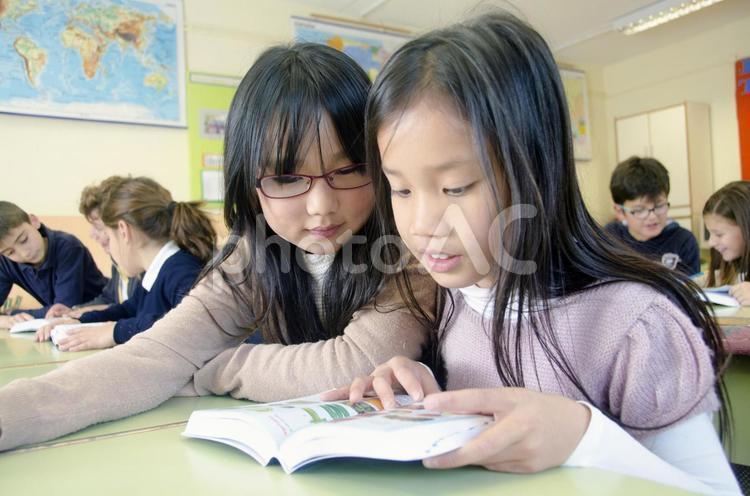 教室で勉強する子どもたち20の写真