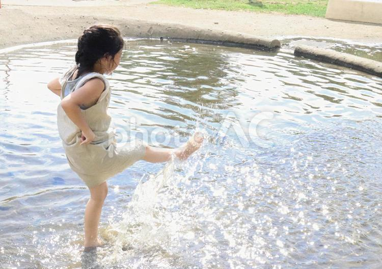 水遊びをしている女の子の写真