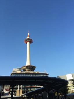 京都塔001閃耀在藍天