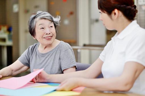 レクリエーションするおばあちゃんと介護士4