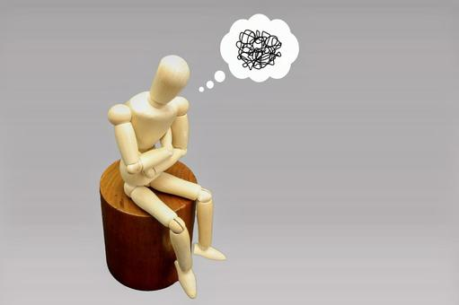 Image of a person who thinks with his arms folded