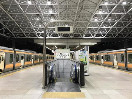 Chuo Line platform and train at Tokyo Station