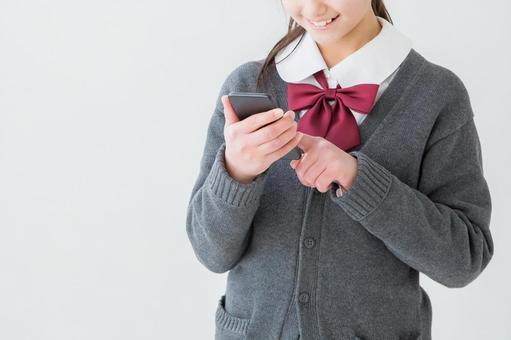 穿制服看著手機的女孩